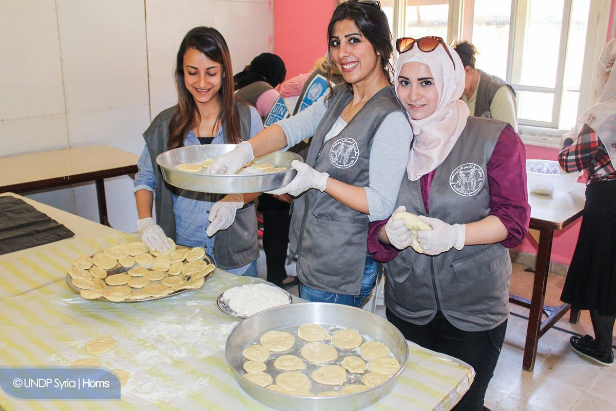 50 #volunteers learning traditional recipes in #Homs w/#UNDP&#39;s aid, helps 2bring together ppl from different backgrounds during #SyriaCrisis<br>http://pic.twitter.com/xZvyyCFGJH