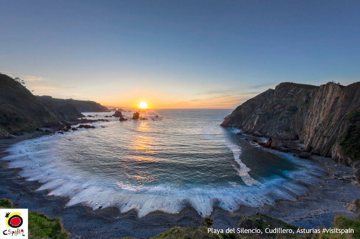 Take a break and end your weekend with the amazing sunset views from El Silencio Beach in Cudillero, #Asturias. <br>http://pic.twitter.com/wfQTMpdAW6