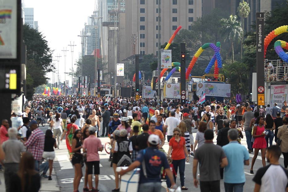 Parada LGBT de SP começa com expectativa de reunir 2 milhões na Avenida Paulista https://t.co/owxu31xJVF