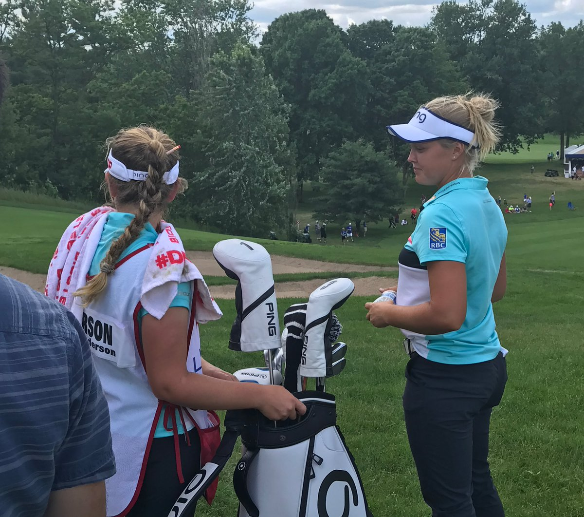 .@BrookeHenderson birdies the 7th to tie the lead at 15-under with @su...