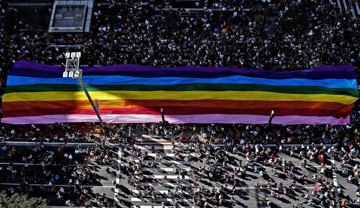 Com 19 trios elétricos, Parada Gay reúne multidão em São Paulo https://t.co/8jjDeffr45
