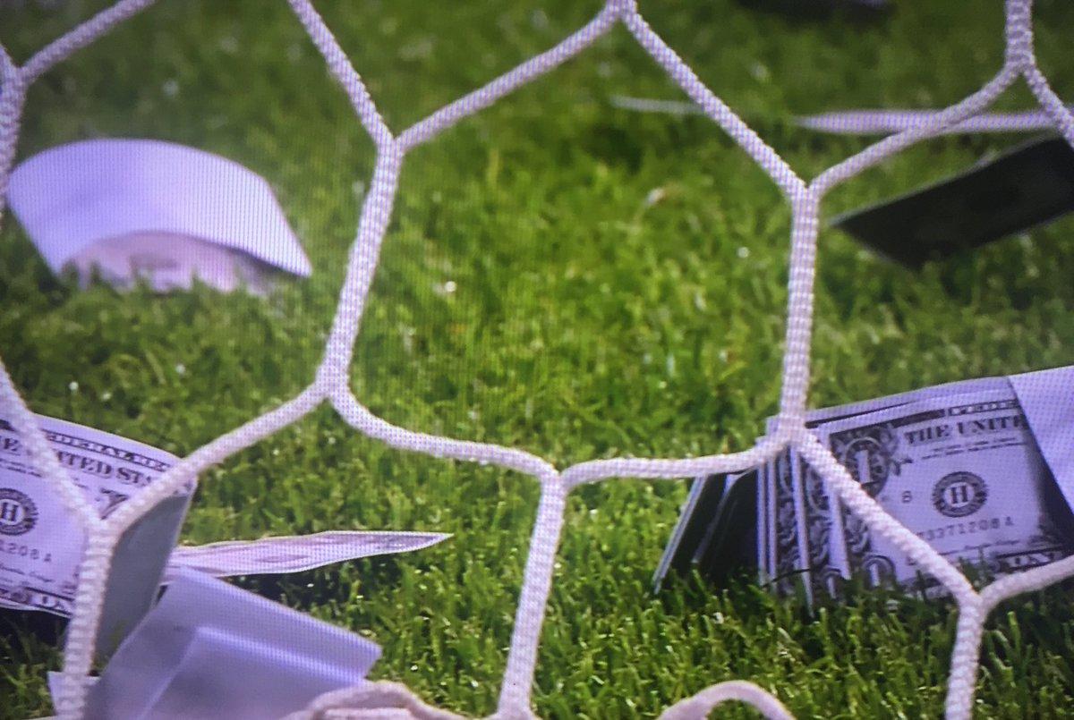 جماهير إيطاليا تقوم بإلقاء المال علي دوناروما بعد إعلانه عدم تجديد عقدة مع ميلان