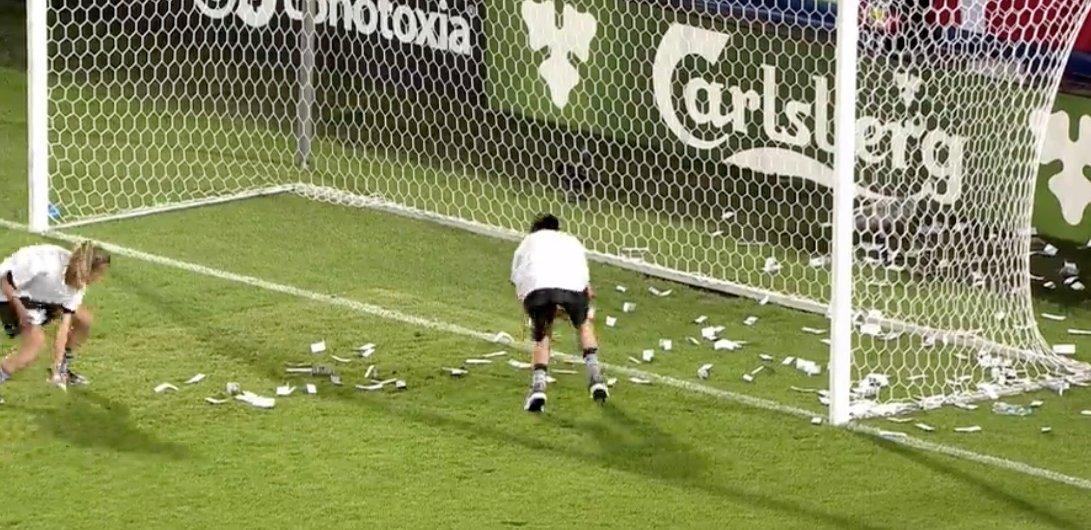 Torcedores jogam dinheiro falso em Donnarumma durante jogo da Euro Sub-21 https://t.co/HGUUw3ZRPI