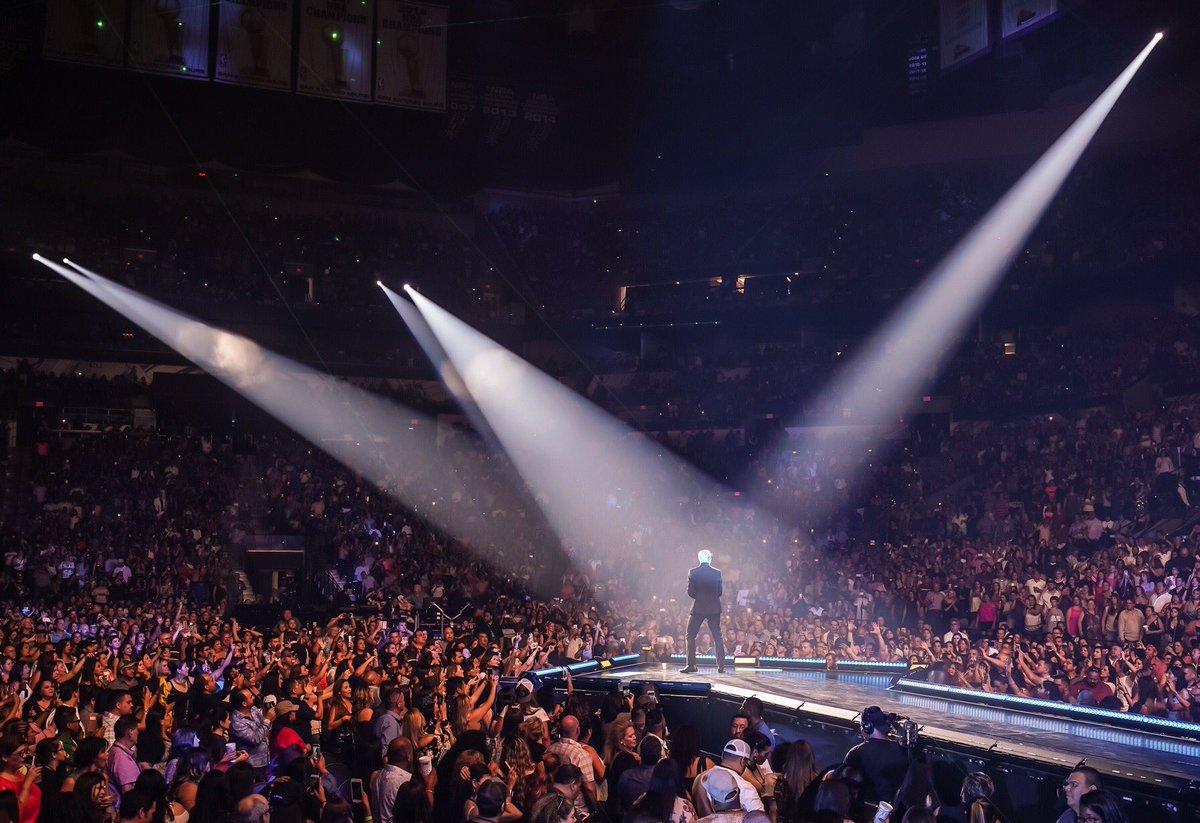 Thank you San Antonio! What a night #EnriquePitbullTour https://t.co/b...