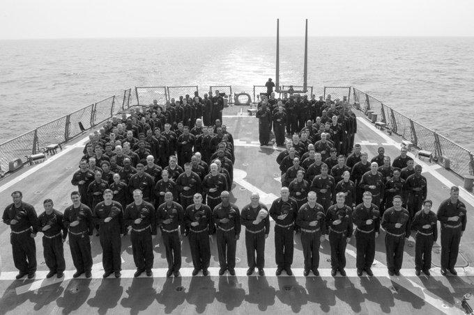 甲板に駆逐艦フィッツジェラルドの艦番号「62」を人文字で描き、深い哀悼の意を表す駆逐艦コールの乗組員たち。