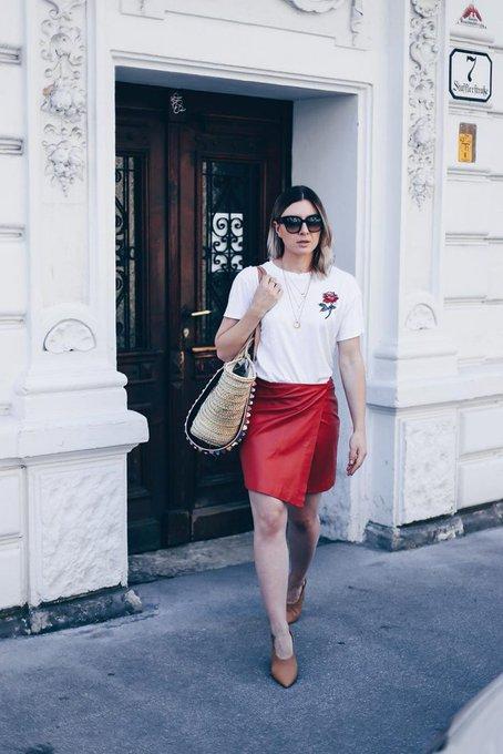 Sommer Outfit mit Lederrock, Basic-Shirt und XL-Korbtasche