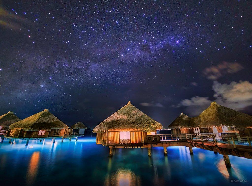 海と星空の間。静かな夢時間。写真中央やや右上に南十字、写真左にさそり座が写っています。その間を流れる光の帯が天の川。南十字が左下に抱える黒い雲のような部分は石炭袋と呼ばれています。(タヒチ、ボラボラ島にて撮影) pic.twitter.com/xlW4uDfIjB