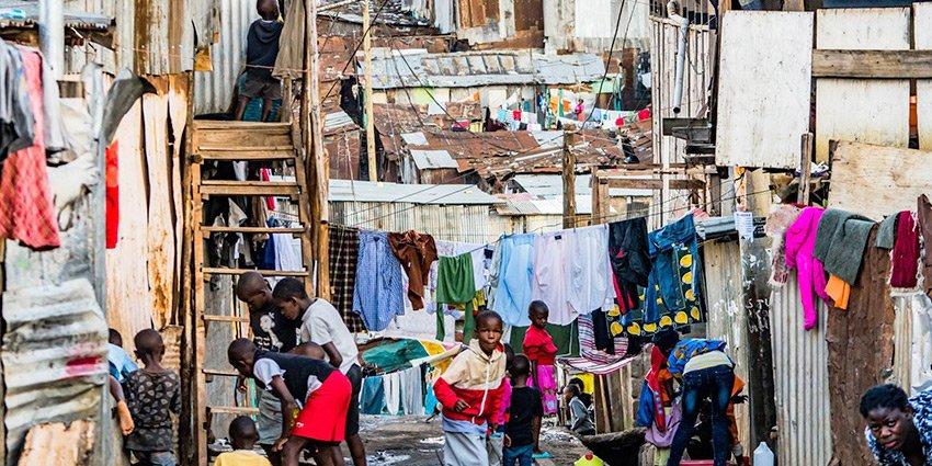 """""""Unterwegs in den Straßen vom Mathare Valley-Slum."""" Dr.Jatzkowski meldet sich mit neuen Fotos aus #Nairobi:https://t.co/ZpNPgrUhwY https://t.co/bboBLWkrYs"""