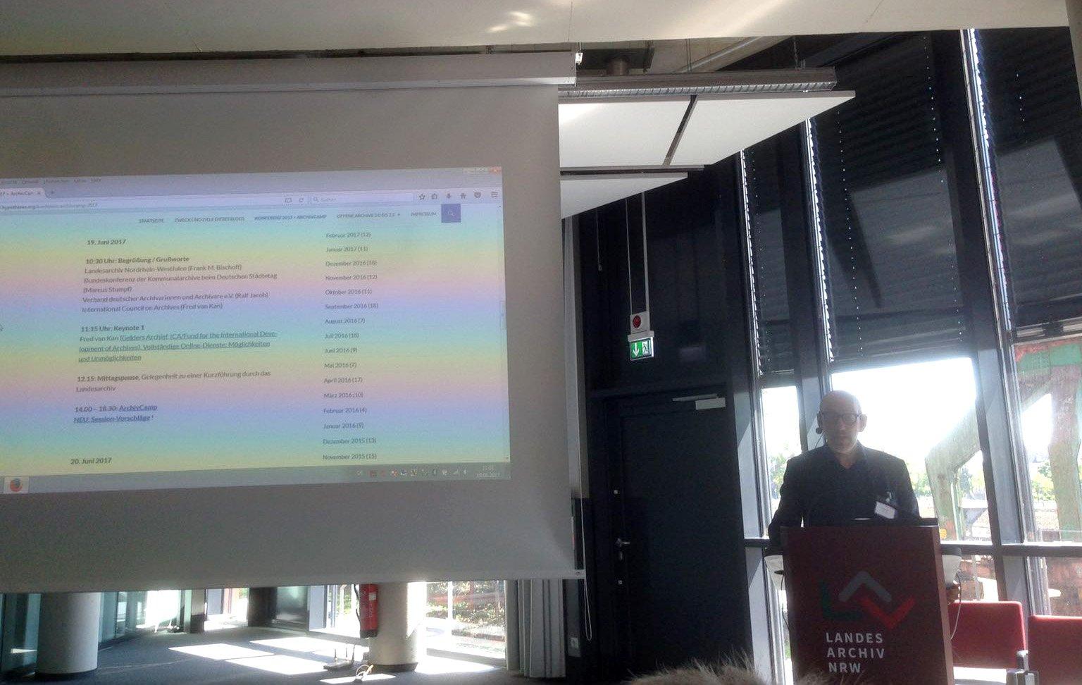 Directeur Fred van Kan spreekt over de mogelijkheden en onmogelijkheden van e-dienstverlening #archiv20 #archivcamp https://t.co/bgGC13Fq5U