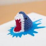 編み物と刺繍を組み合わせてサメを作ってみたよ #編み物 #刺繍 pic.twitter.com/Ol…