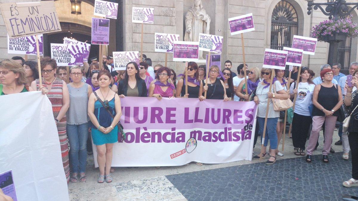 Ara #19jalertafeminista davant Ajuntamen...