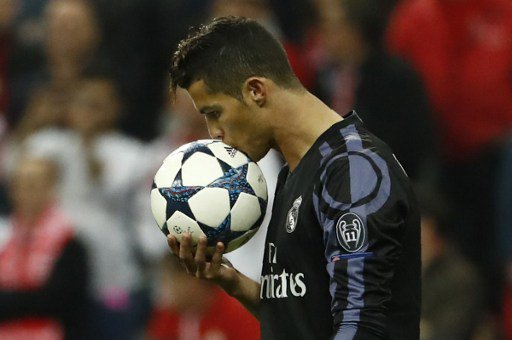 Ronaldo to leave Real Madrid?  http:// bit.ly/2sK4jq7     #CristianoRonaldo #RealMadrid #Zidane #TransferNews #ManUnited #Calderon pic.twitter.com/eYPXcUsu49