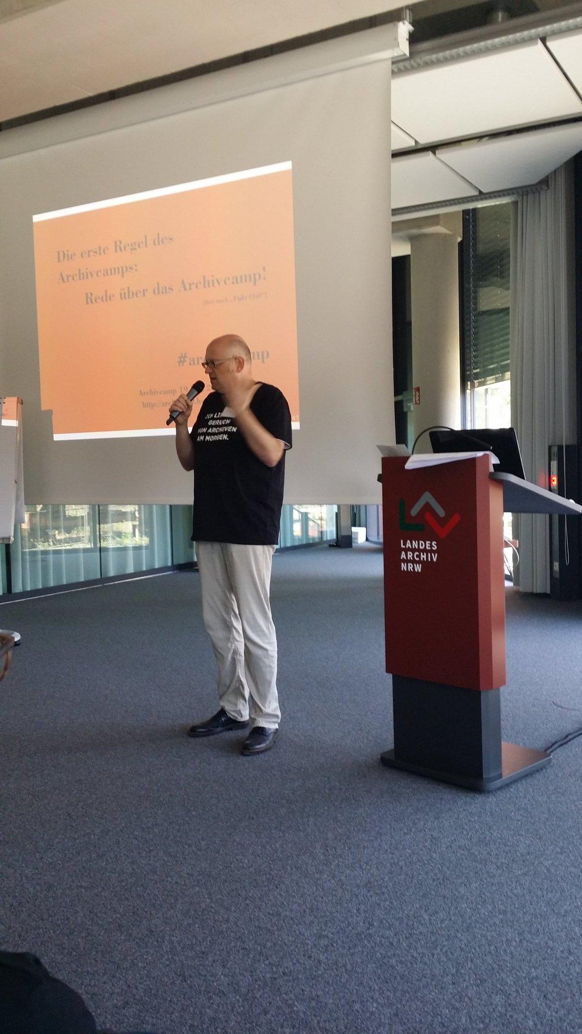 "Der ""Vorturner"". @HillenHist beim #archivcamp #archive20 https://t.co/uT7nGv10FD"