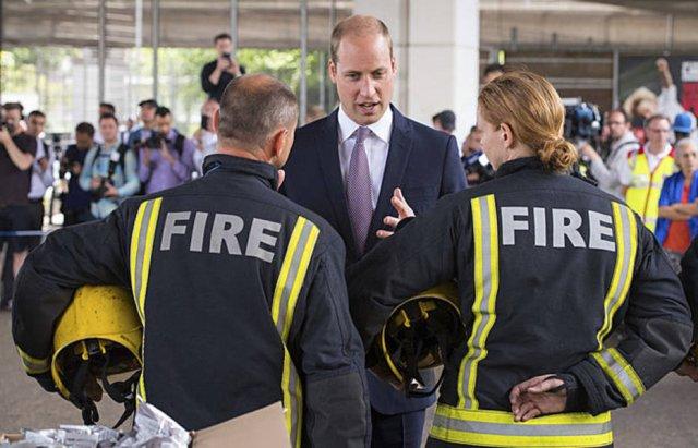 Príncipe William quebra protocolo e abraça vítima de incêndio em Londres https://t.co/fOpjJgMxwq