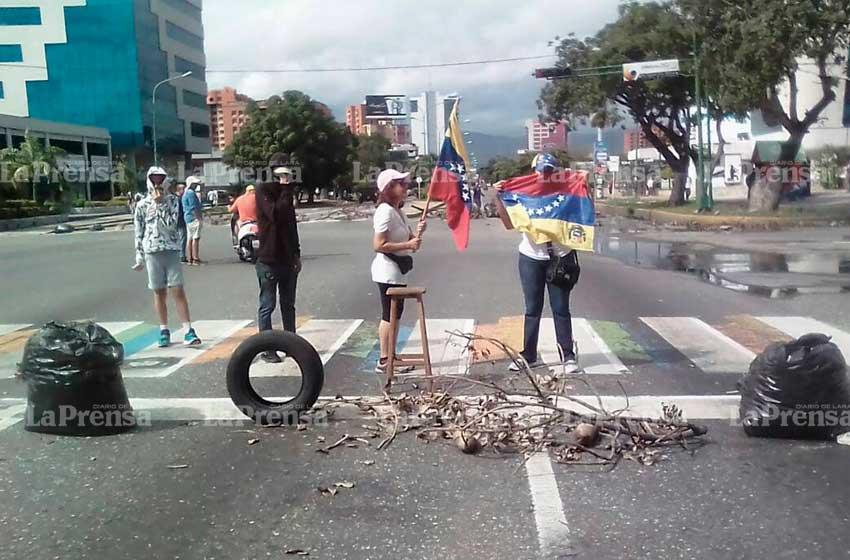 #19Jun 09:56am Reportan plantón en la avenida Leones con av. Bolívar a...