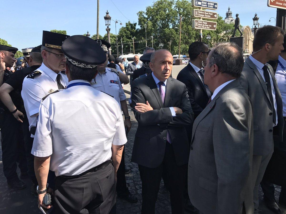 """-""""c'est où la Place des Terreaux?"""" #Collomb #ChampsElysées #attaque #Paris #Lyonpic.twitter.com/qk8oiU748a"""