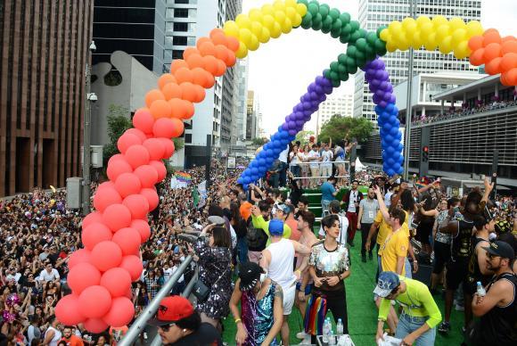 Parada do Orgulho LGBT lota Avenida Paulista e defende Estado laico. https://t.co/58ajBWa8pN