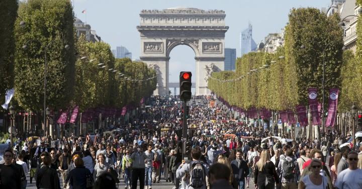 French police block off area near Champs-Elysees #Champs #Elysees #Paris #Monday  https:// follownews.com/35ag8  &nbsp;  <br>http://pic.twitter.com/hvd3HWjNHk