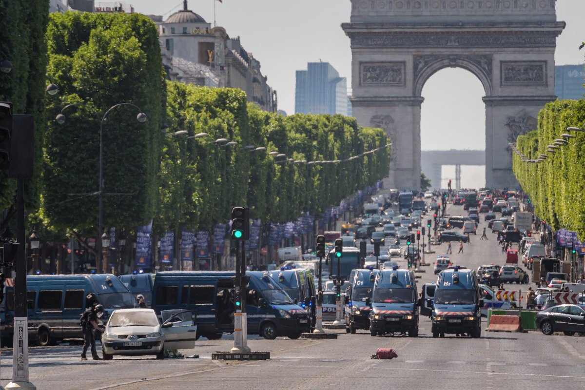 Attacker who rammed police van in Paris is dead, French official says. The man's car had explosives https://t.co/nx8LmbuiR5