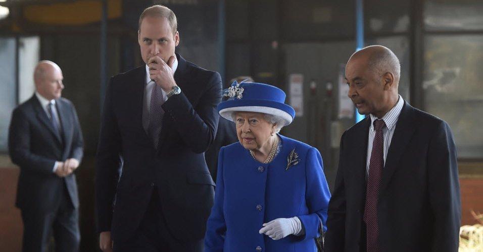Príncipe William quebra protocolo real e abraça vítima de incêndio em Londres https://t.co/moFMtzirUB
