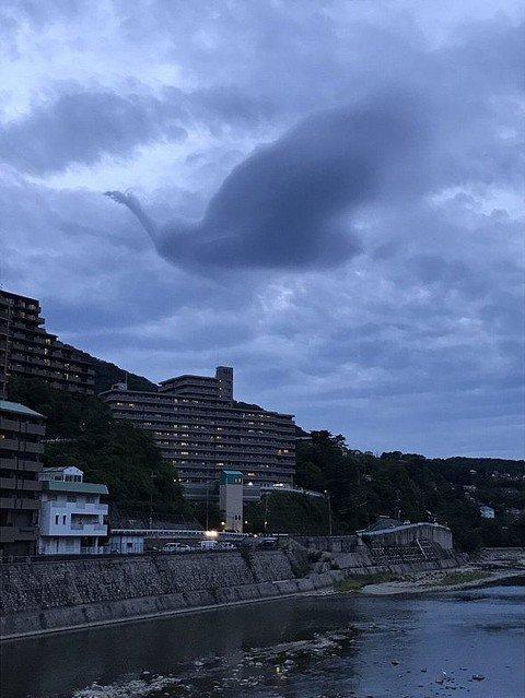 【神秘】宝塚市上空に「火の鳥」現れる、奇跡的な光景に驚き https://t.co/tBO8qfSrco  手塚治虫氏が育った兵庫県宝塚市で目撃された、「火の鳥」のような幻想的な雲。驚きと感動の声が寄せられています。