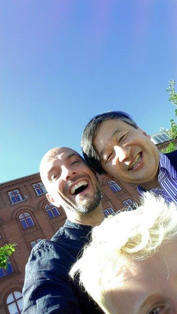 訪問先デンマークでのハプニングに、笑顔で応じた皇太子さま。コペンハーゲンの運河沿いを散策中、一般男性からセルフィー(自分撮り)の撮影を頼まれ、笑顔でツーショット写真に納まりました。 https://t.co/AbDBODLu14 https://t.co/s7zLr0jW1I