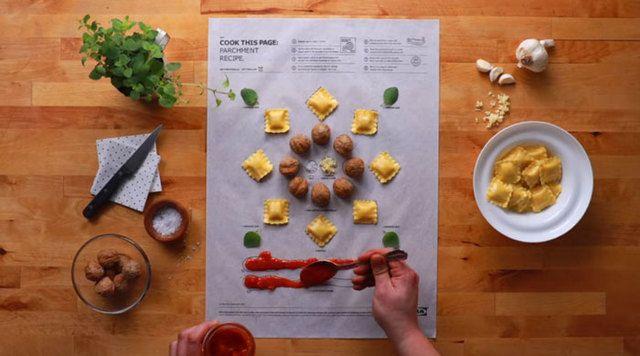 おもしろくてわかりやすい。オーブンシートに印刷されている場所に具材や調味料を載せて、くるっと丸めてオーブンに入れるだけで料理に。/IKEAがまたスゴイものつくったよ!紙の上に食材を乗っけるだけで作れるCook This Page https://t.co/QIYacw86JF