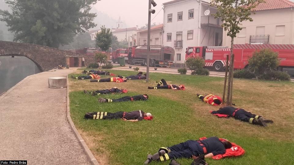 Foto do descanso de bombeiros que combatem incêndio em Portugal viraliza: 'Heróis' https://t.co/iDPEpVHfS8