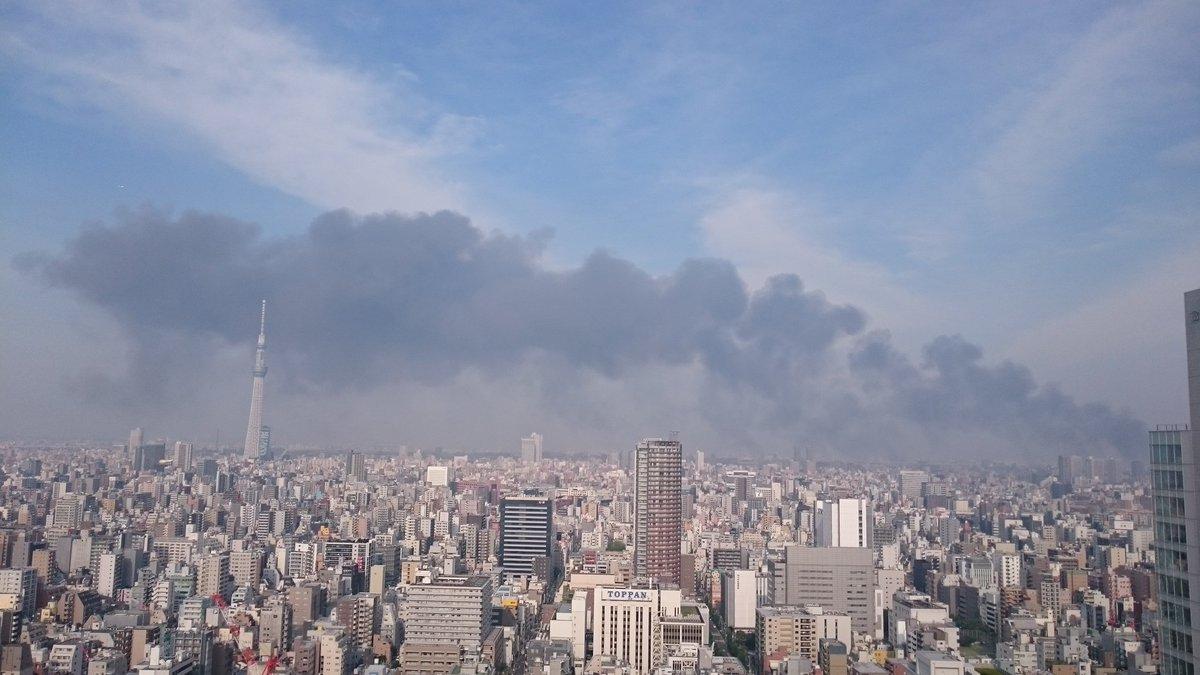 東陽町火災の煙がすごい・・・ スカイツリーに覆い被さっている  #東陽町 #スカイツリー https://t.co/xdO2VU44nS