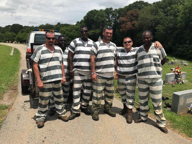 Inmates save correctional officer who passed out during work detail