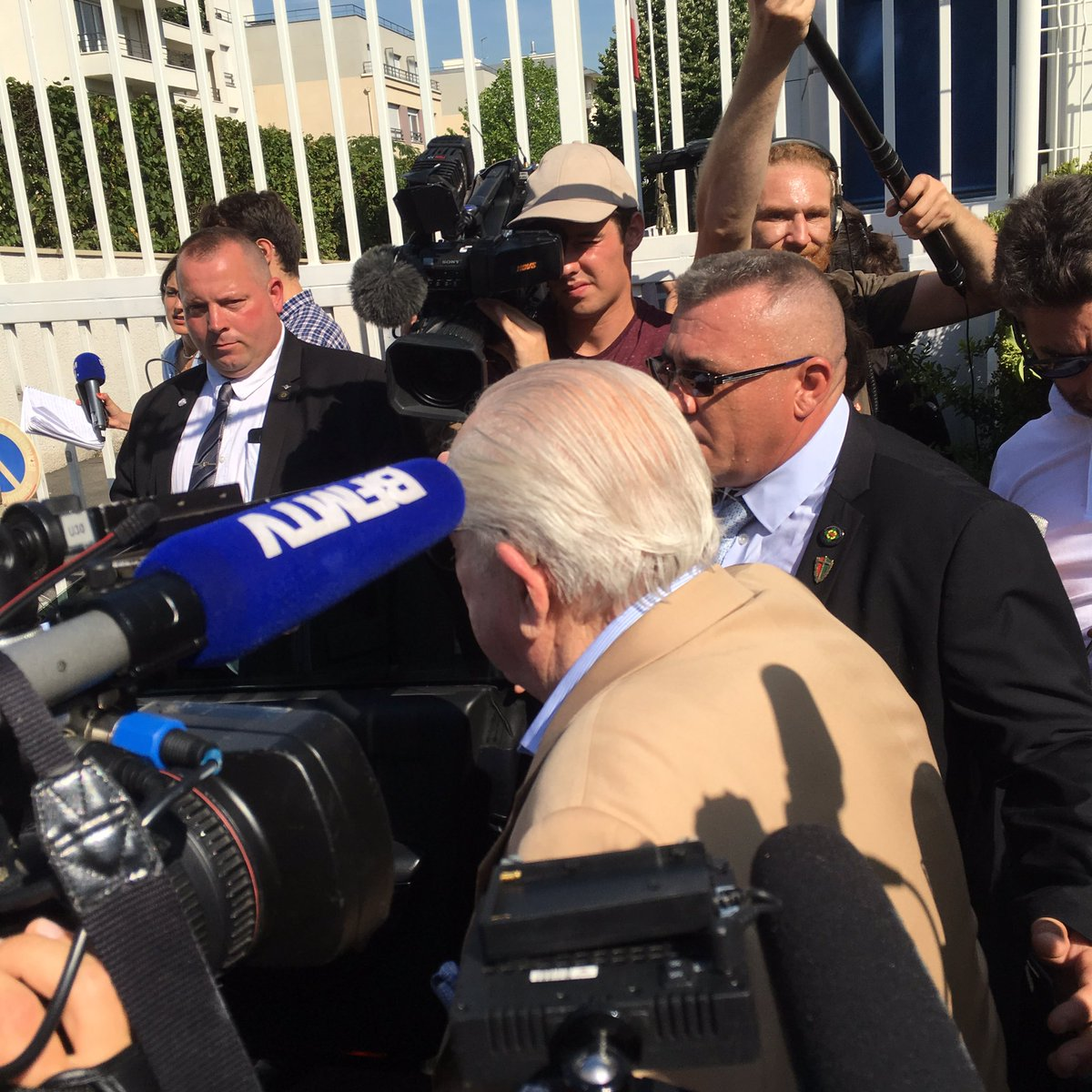 #JeanMarieLePen kept out of #FN policy meeting. &quot;#MarineLePen should resign, she&#39;s afraid I&#39;ll tell the truth&quot;, spoke of her failed policies <br>http://pic.twitter.com/uqC7nJu8TG