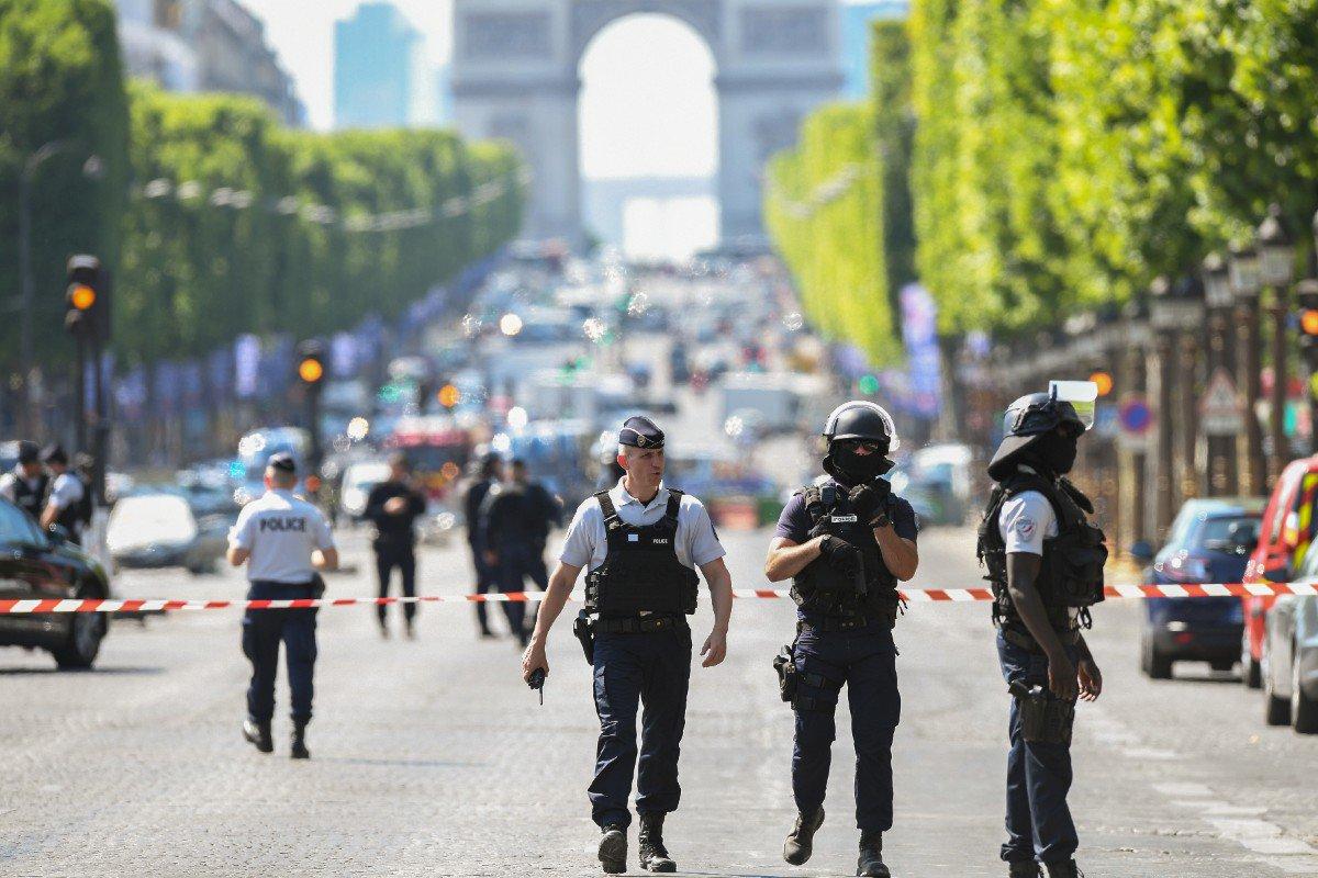 """#ChampsElysées : un """"stock d'armes"""" retrouvé au domicile de l'assaillant  http:// sur.laprovence.com/1Isi-yEOC     #attentatchampselysees #Parispic.twitter.com/J2HQcfHZgo"""