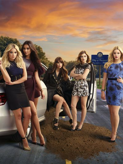 Live tweet tonight's episode of #PrettyLittleLiars with the cast. The #PLLChat starts at 8/7c.