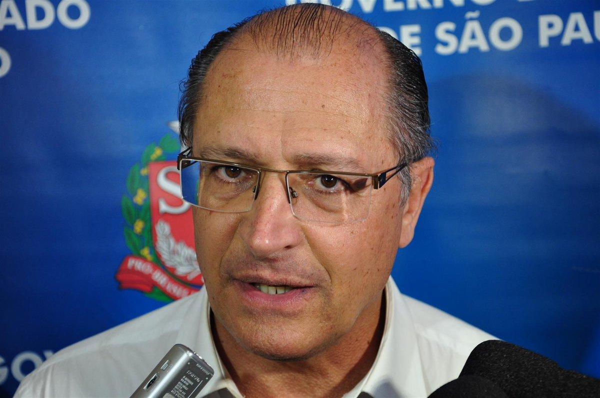 Alckmin diz que é preciso aguardar para se posicionar sobre Temer e Aécio https://t.co/uRg817cTgB