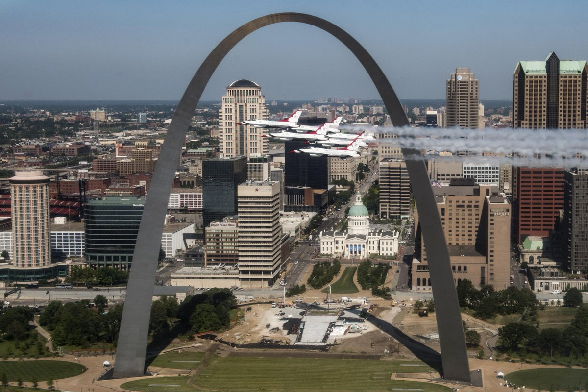 Flying high! 🛩 @AFThunderbirds fly by @GatewayArchSTL in St. Louis on...