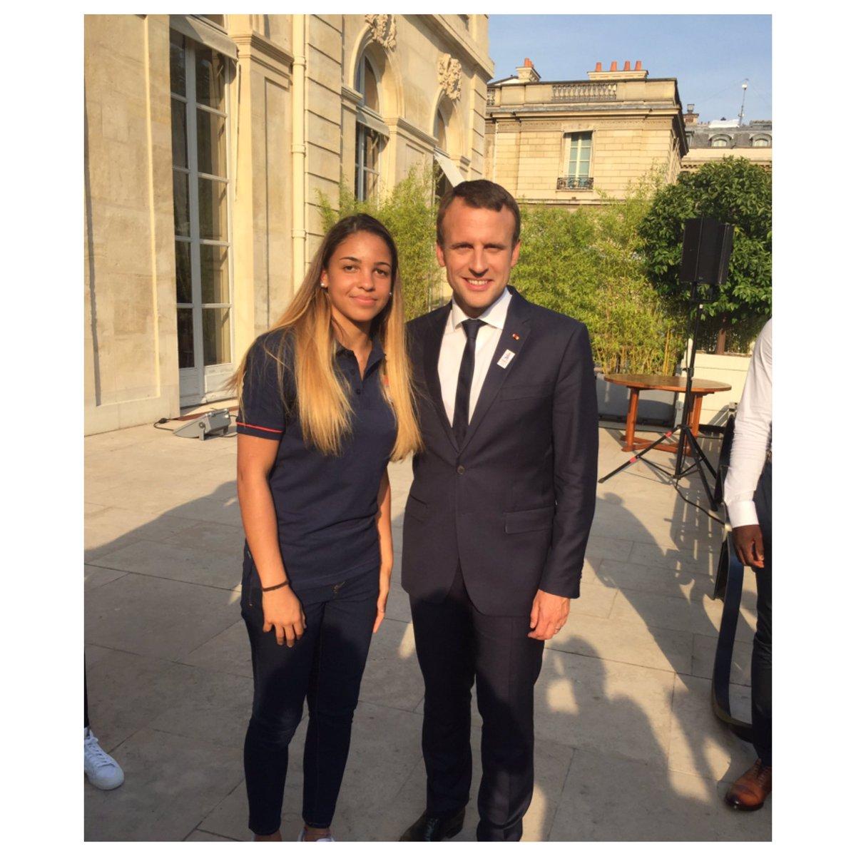 ¿Cuánto mide Emmanuel Macron? - Real height DCyWzFcWAAEf3AH