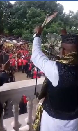 Video: Thousands of Biafrans gather at Nnamdi Kanu's father's palace for address   https://t.co/aS48MH3mOH https://t.co/V8HAS5901b