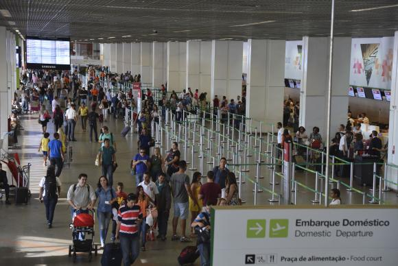 Aeroportuários fazem ato contra privatização da Infraero https://t.co/kB7NrT76GH (📷 Valter Campanato/Agência Brasil)
