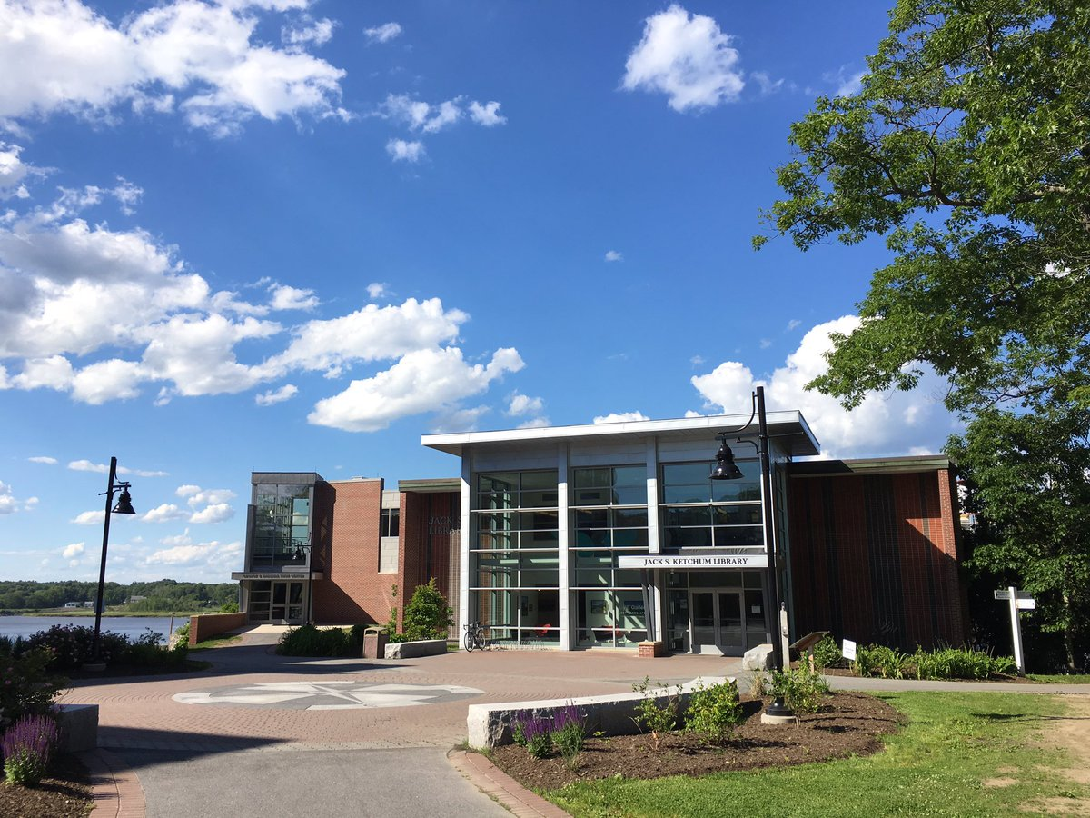 What a gorgeous summer day here on campus! #UNE #lifeatUNE<br>http://pic.twitter.com/FqiUTQHUpJ