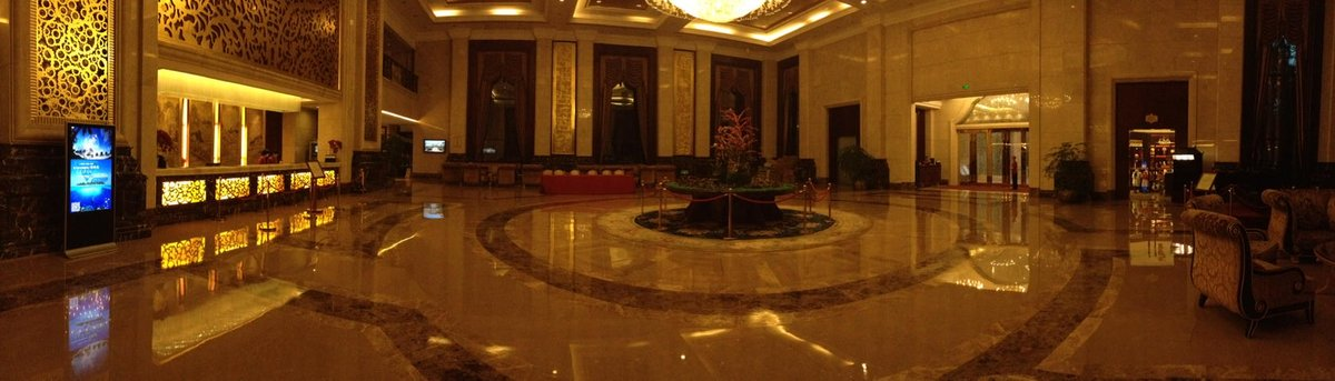The grand way of a Chinese hotel in the middle of jungle and mountains #ChineseProject #doco #nohalfwork<br>http://pic.twitter.com/n5QJDpJ82F