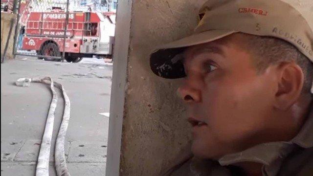 'Se passar dessa pilastra, estou morto', diz bombeiro em vídeo durante tiroteio na Maré. https://t.co/vjUvO18nUy