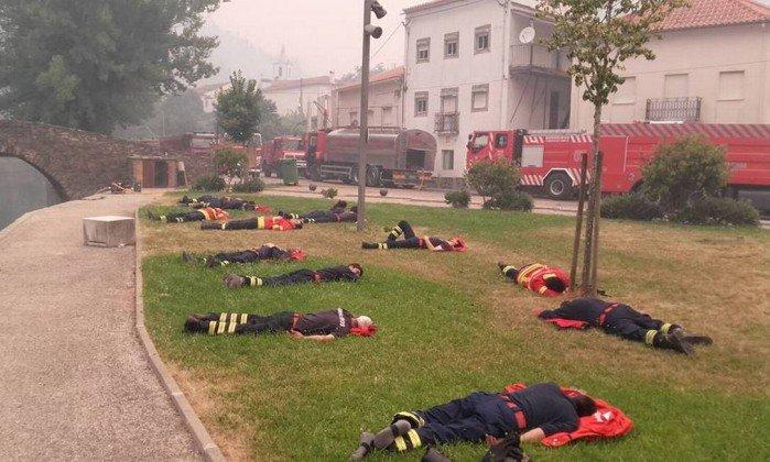 Foto de bombeiros portugueses exaustos em incêndio viraliza nas redes. https://t.co/MeEflHxQKC