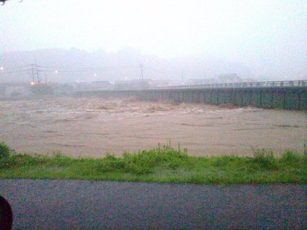 JRの鉄橋が流れたそうです。日田駅と光岡駅の間花月川にかかってるJR九大線の鉄橋です pic.twitter.com/Df8Dce2CHv