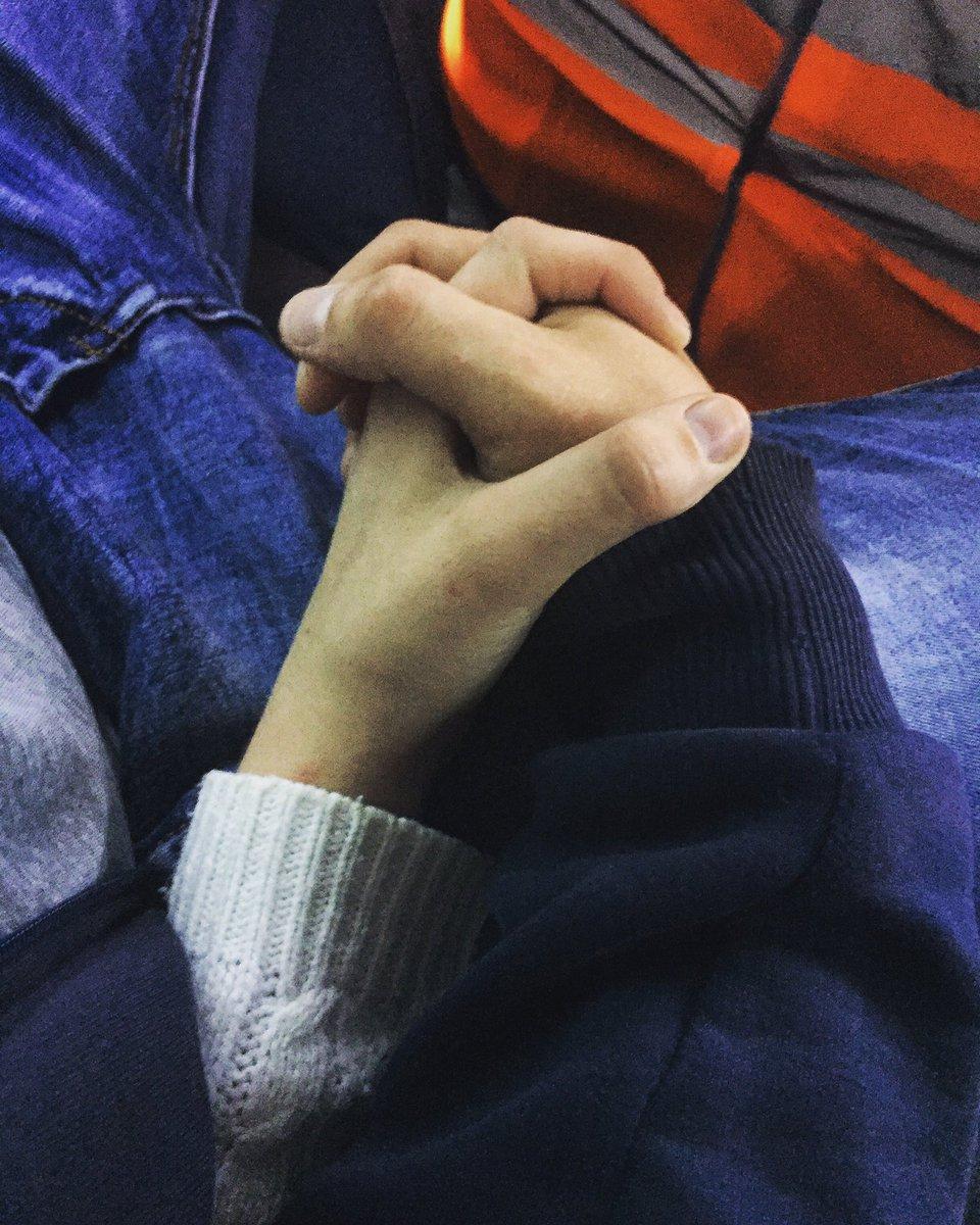 Картинка рука парня держит руку девушку