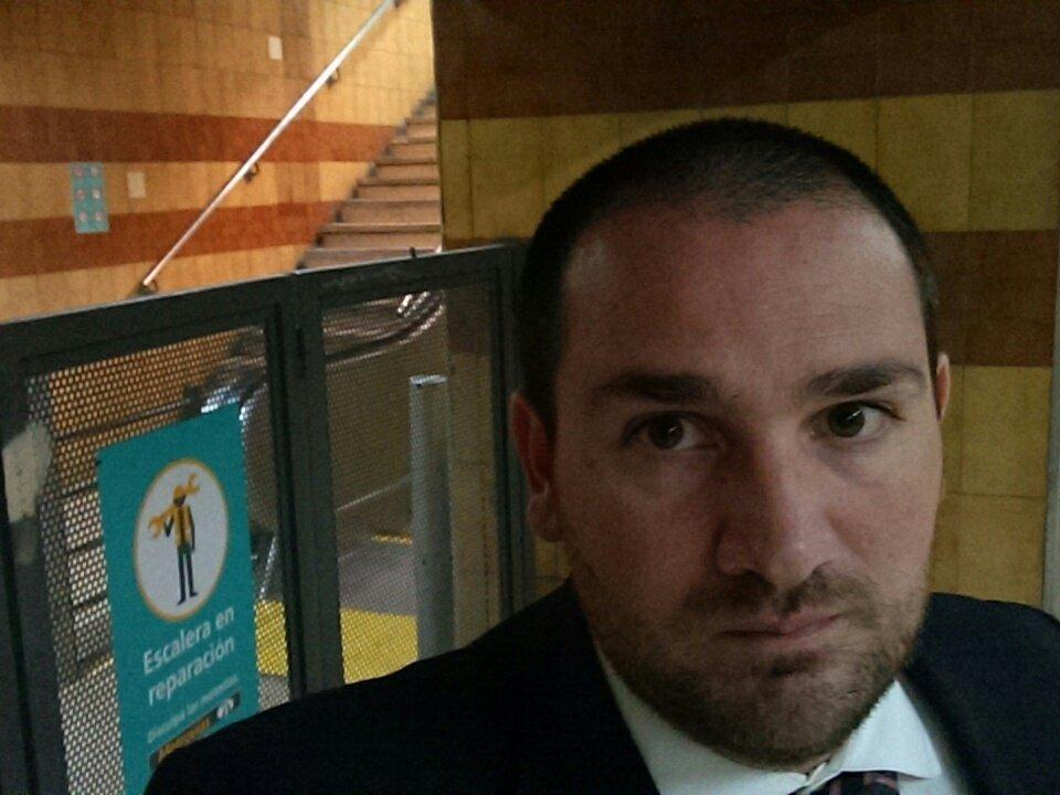 #AgradeSelfie @horaciorlarreta linea E estación varela #subte hace rato escalera mecánica sin funcionar. https://t.co/mLjLzfzGwd