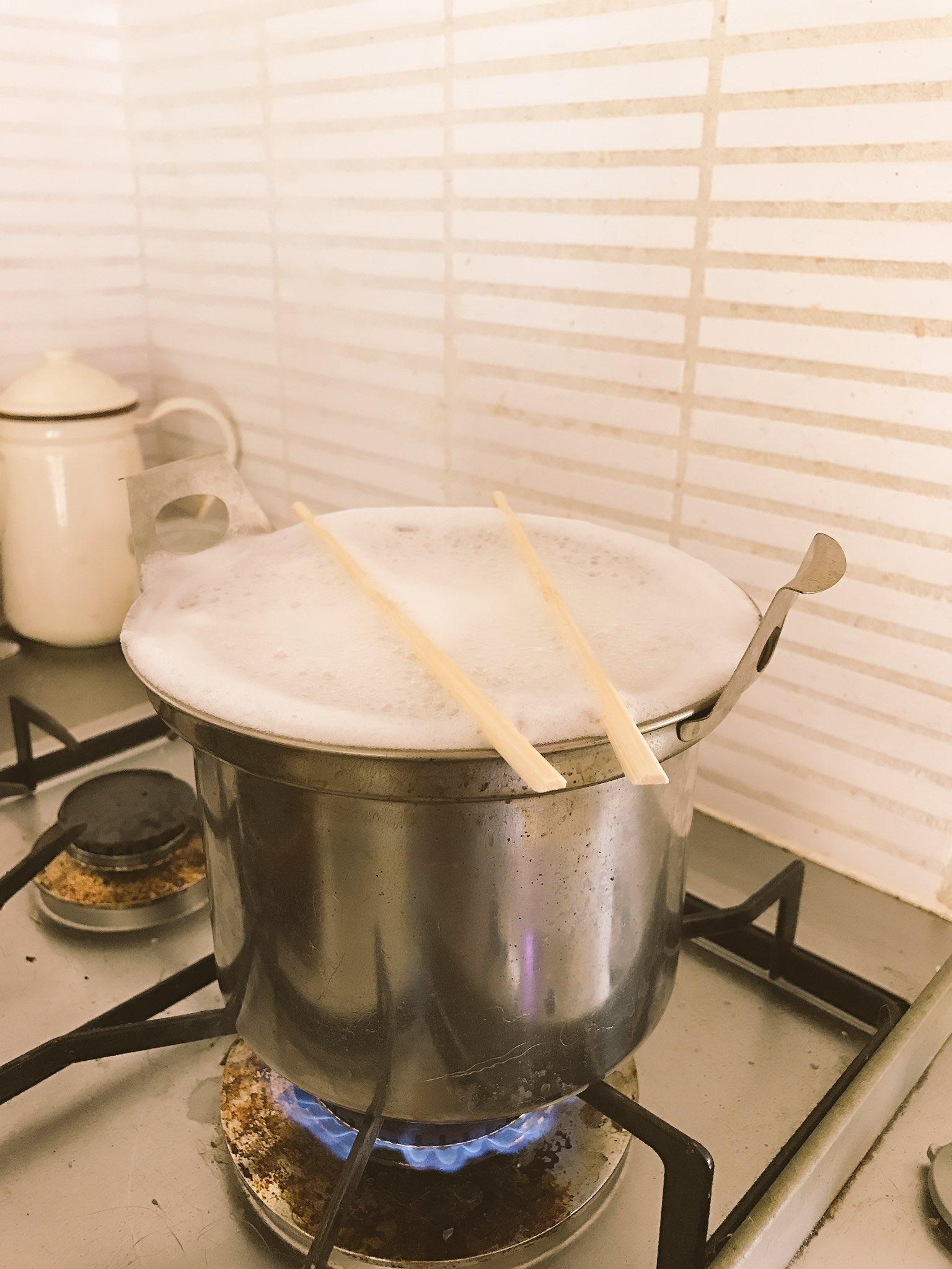 麺を煮るときこうすると吹きこぼれないって聞いてやったらほんとに吹きこぼれなかった