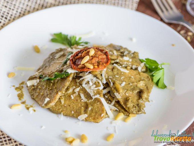 Pasta integrale con crema di carciofi, pinoli e grana