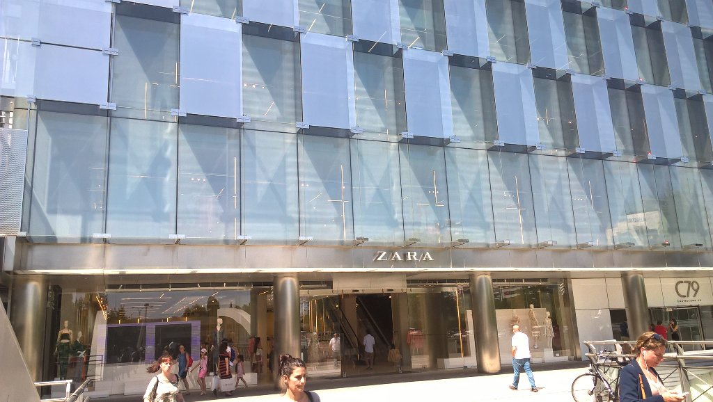 World&#39;s biggest #Zara in #Madrid, 65,000 sq ft over 4 levels, impressive!<br>http://pic.twitter.com/BbPWUnsrJZ