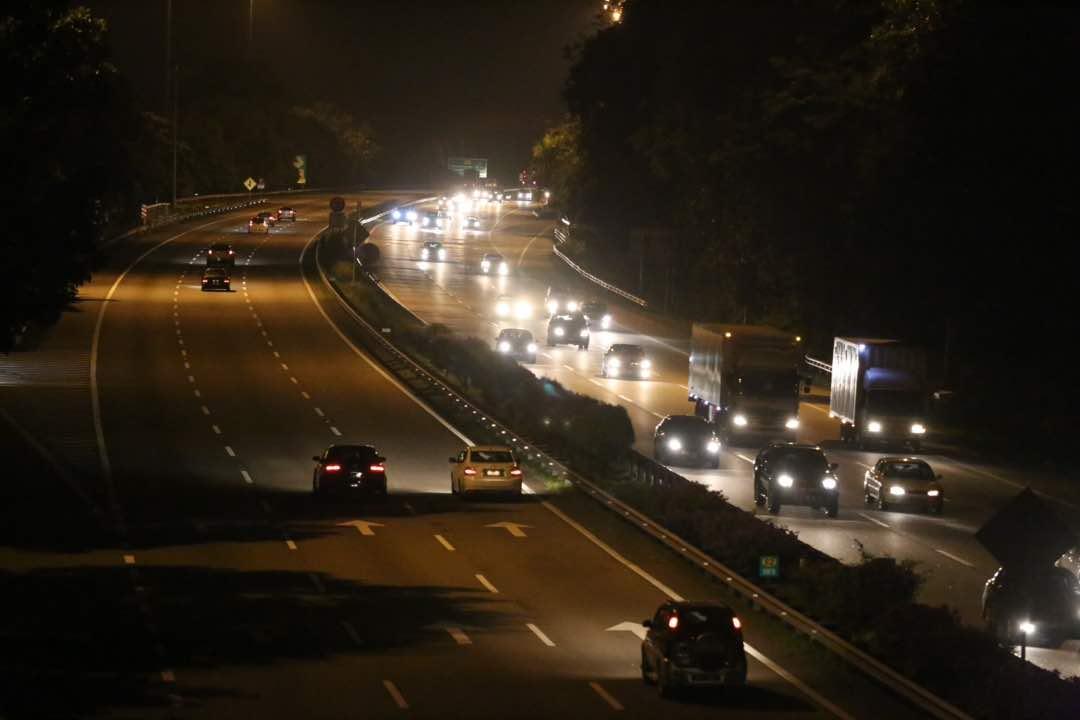 Keadaan trafik pada jam 10.30 malam di Lebuhraya Utara Selatan berhampiran susur masuk Plaza Tol Ayer Keroh.