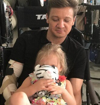─ #new › Jeremy&#39;s app   @renner4real » Working for this little lady «  ────── Cutest thing ever  G.<br>http://pic.twitter.com/sXJUFqNQql